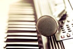 Microphone classique sur le clavier Images libres de droits
