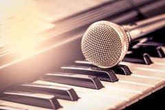 Microphone classique sur le clavier Photos stock