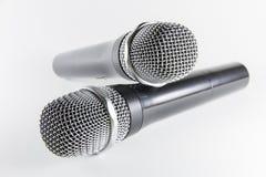 Microphone d'isolement sur le fond blanc Photo stock