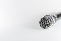 Microphone d'isolement sur le fond blanc Photo libre de droits