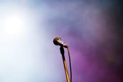 Microphone dans des lumières d'étape Images stock
