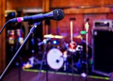 Microphone dans la salle de concert Photos libres de droits