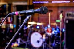 Microphone dans la salle de concert Photographie stock libre de droits