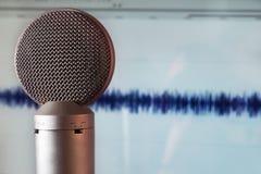 Microphone dans le studio d'enregistrement Photographie stock libre de droits