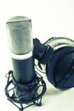 Microphone dans le studio d'enregistrement sur un fond blanc Type de cru Image libre de droits
