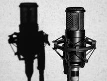 Microphone dans le studio Microphone noir d'enregistrement sonore photos libres de droits