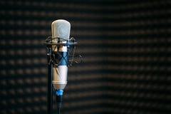 Microphone dans le studio par radio Image libre de droits