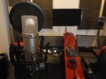 Microphone dans un instrument de musique de studio d'enregistrement Photographie stock libre de droits