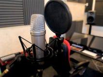 Microphone dans un instrument de musique de studio d'enregistrement Photos stock