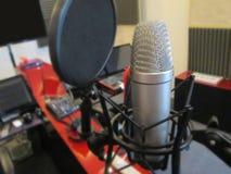 Microphone dans un instrument de musique de studio d'enregistrement Images libres de droits
