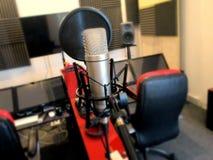 Microphone dans un instrument de musique de studio d'enregistrement Photo stock