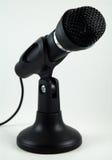 Microphone de bureau noir sur le support Photographie stock libre de droits