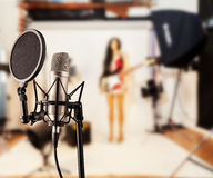Microphone de chant dans le studio Image stock
