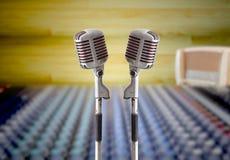 Microphone de cru dans la pièce d'enregistrement de son images libres de droits
