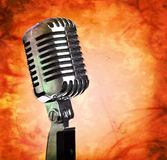 Microphone de cru sur le fond grunge photographie stock