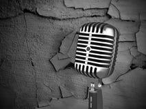 Microphone de cru sur le fond modifié Photographie stock
