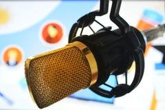 Microphone de RP de relations publiques pour parler global de personnes de presse du monde de carte d'actualités image stock