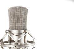 Microphone de studio de condensateur sur le fond blanc Images stock