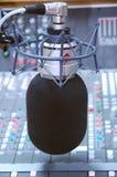 Microphone de studio et suite d'édition Images stock