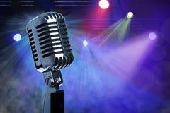 Microphone de vintage sur l'étape Photos libres de droits