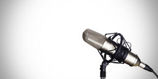 Microphone dynamique sur un fond blanc Photos stock