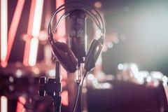 Microphone et écouteurs de studio sur un support en gros plan, dans un studio d'enregistrement ou une salle de concert photos stock