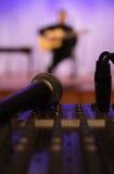 Microphone et bureau de mélange. Image stock
