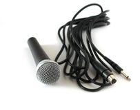 Microphone et câble au-dessus de blanc Images libres de droits