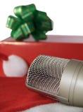 Microphone et cadeau Photos libres de droits