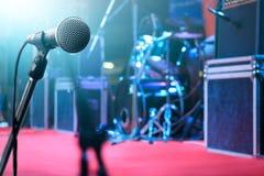 Microphone et instrument de musique sur le fond d'étape Images stock