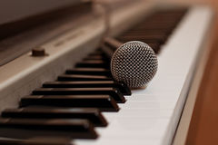 The microphone lying on the keyboard of the synthesizer Royalty Free Stock Images