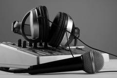 Microphone, mélangeur et écouteurs Photographie stock libre de droits