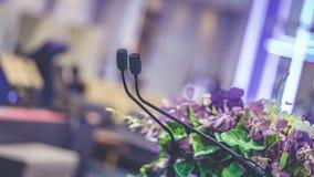 Microphone noir avec le support de podium photos stock