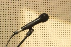 Microphone noir dans le studio pour le chant de pratique Photos libres de droits