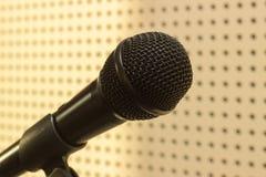 Microphone noir dans le studio pour le chant de pratique Photos stock
