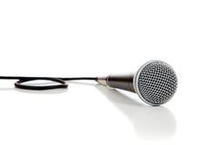 Microphone noir et argenté sur un fond blanc Photo libre de droits