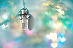 Microphone plaçant prêt pour le DJ en partie de célébration Images libres de droits