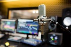Microphone professionnel dans le studio d'enregistrement photographie stock