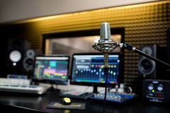 Microphone professionnel dans le studio d'enregistrement photo libre de droits