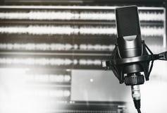 Microphone professionnel dans un studio d'enregistrement photos stock