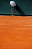 Microphone professionnel sur un court de tennis Photos libres de droits