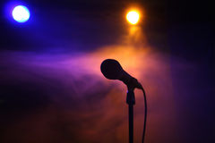 Microphone sur l'étape images libres de droits