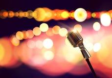 Microphone sur l'étape photo stock