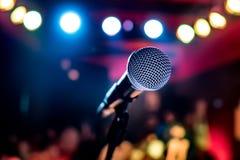 Microphone sur l'étape sur un fond d'amphithéâtre Image stock