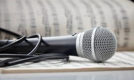 Microphone sur la musique de feuille Image libre de droits