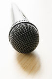 Microphone sur la table en bois Photo stock