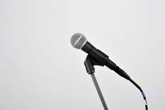 Microphone sur le blanc Photos libres de droits