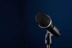 Microphone sur le bleu Photos stock