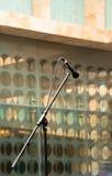 Microphone sur le bras de grondement photographie stock