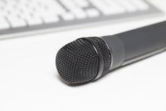 Microphone sur le bureau Photographie stock libre de droits